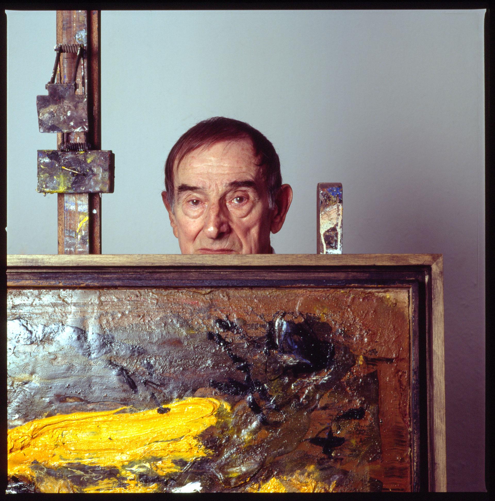 der maler emil schumacher in seinem atelier in hagen